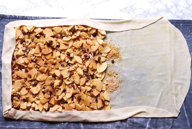Apfelstrudel mit hauchdünn gezogenem Strudelteig