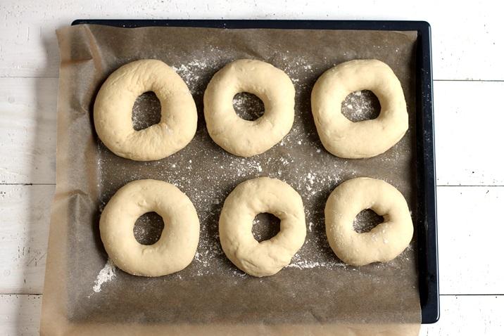 Bagels formen mit Kochlöffelstiel