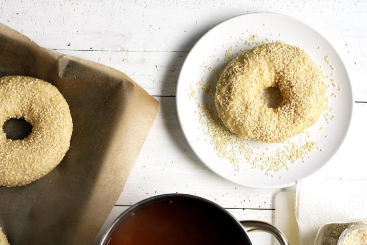 Bagels mit Sesam bestreuen
