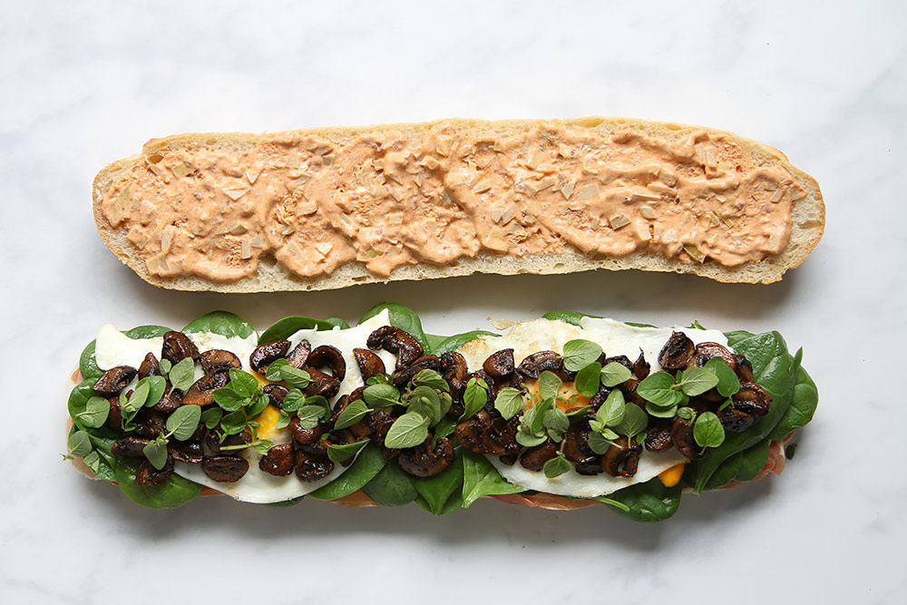 Baguette Sandwich mit Prosciutto Ei Pilzen Spinat