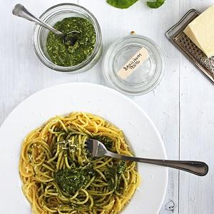 Pesto di basilico e noci – Basilikum-Walnuss-Pesto