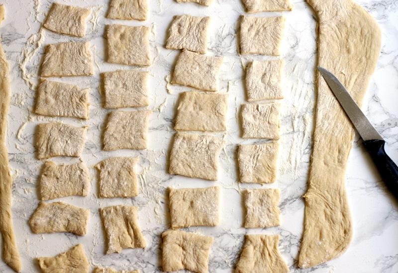 Beignets Teig in Quadrate schneiden