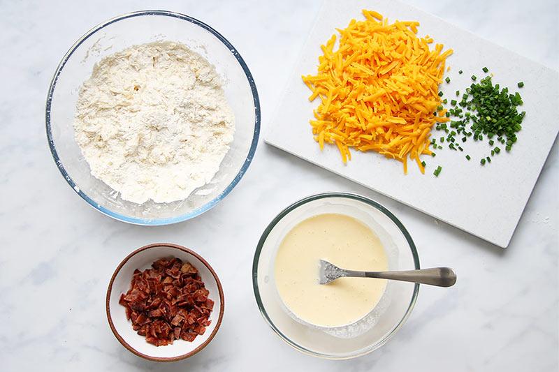 Blättrige Scones Rezept mit Käse und Speck