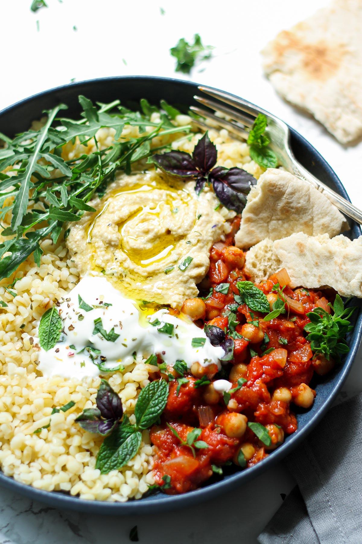 Bowl mit Kichererbsen Hummus und Bulgur