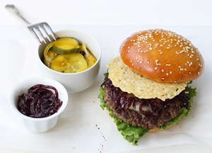 Double Cheesburger mit Red Onion Jam für derStandard.at