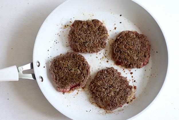 Burger Patty in Pfanne zubereiten Rezept
