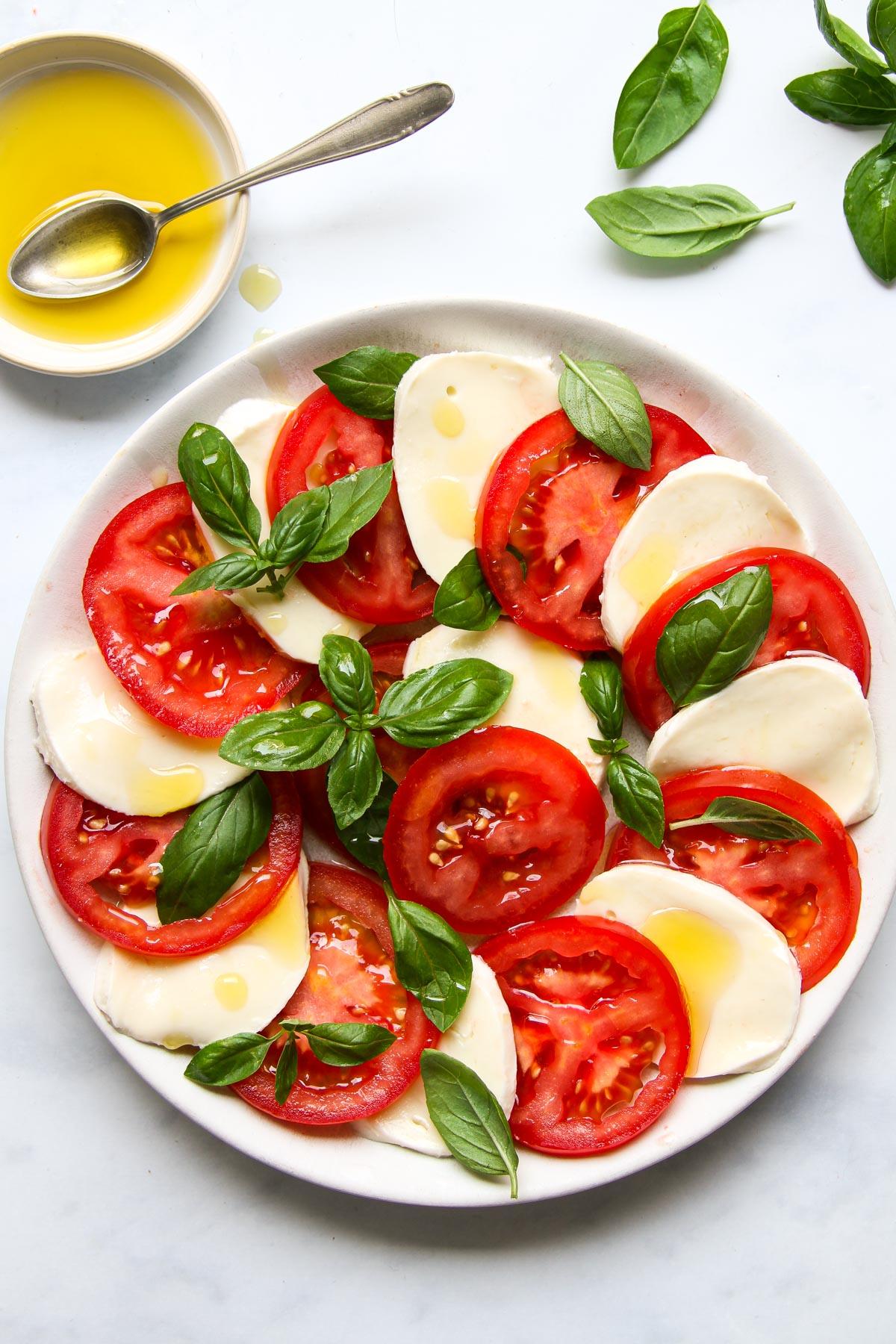 Caprese Salat auf Teller Rezept Italien