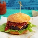 Cheeseburger mit selbstgemachten Brötchen