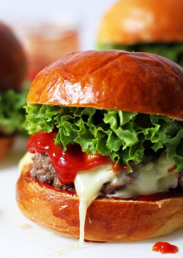 Cheesburger mit selbst gemachten Burger Buns Rezept