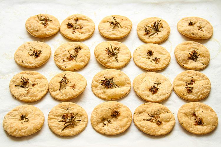 Cracker Rezept mit frischen Kräutern