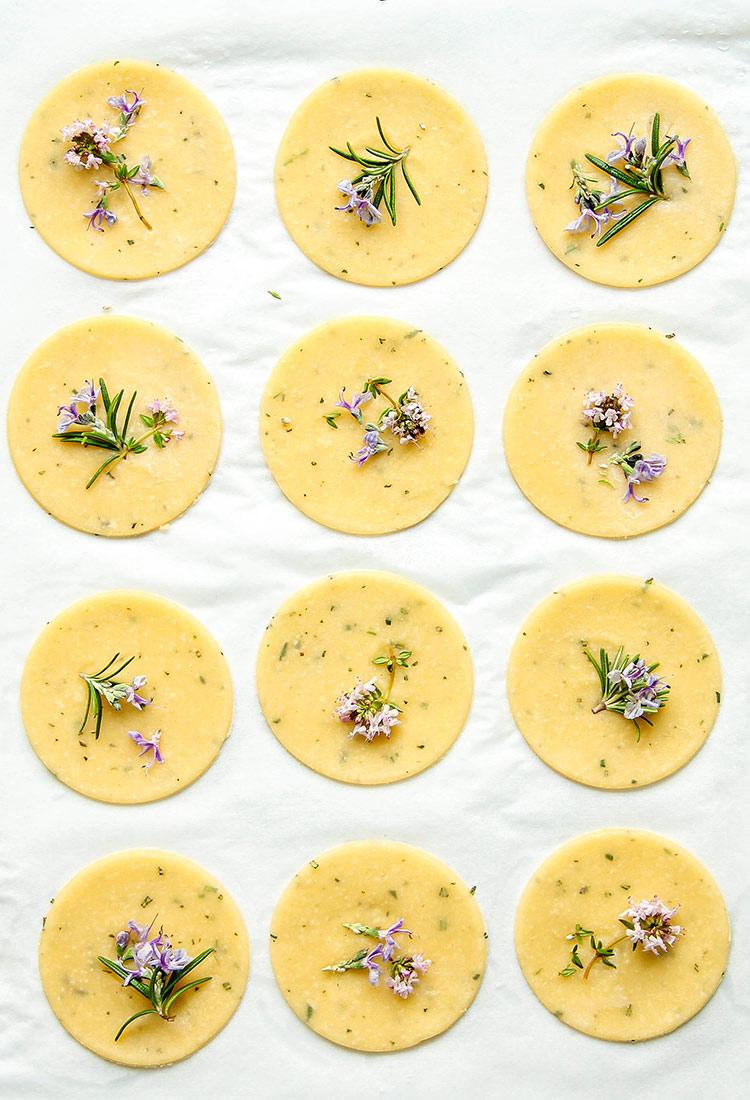 Cracker mit Kräutern und Blüten Rezept