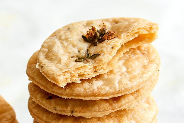 Cracker mit frischen Kräutern Rezept