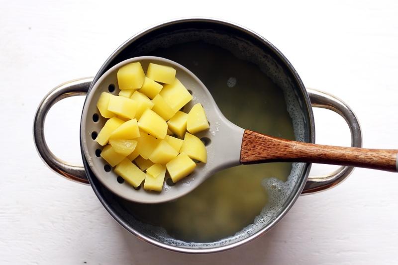 Gekochte Kartoffelstücke in Topf für Chowder Rezept
