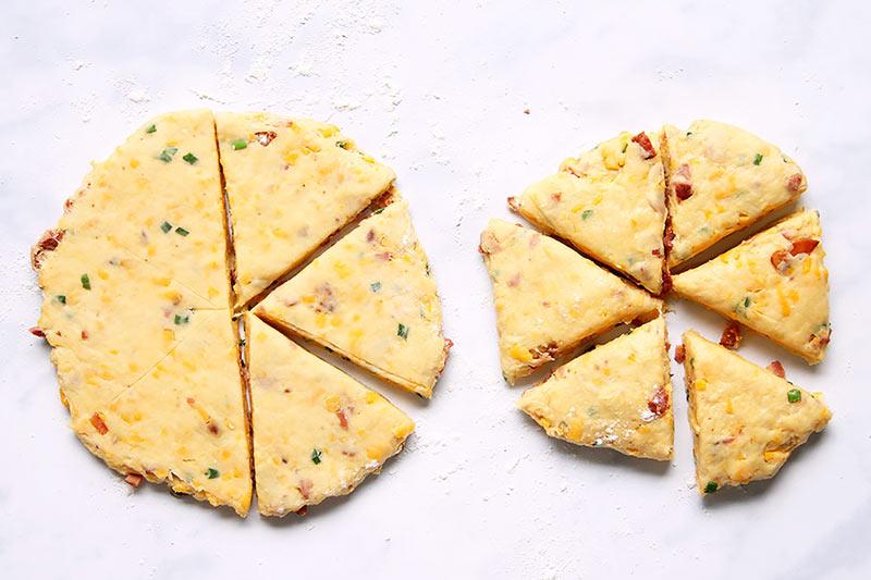 Dreieckige Scones mit Käse und Speck Rezept