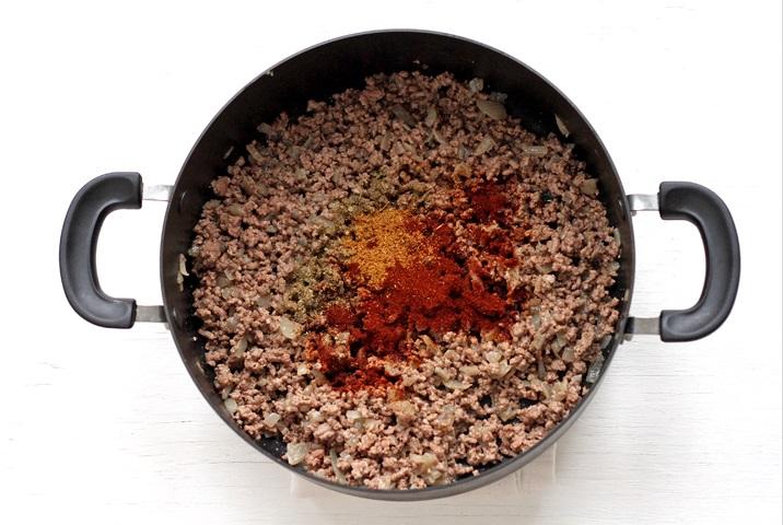 Fleisch und Gewürze für Chili