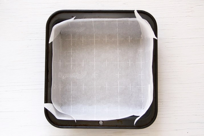 Eine quadratische Form mit 20 cm Seitenlänge (oder runde Form mit 22,5 ∅) mit Backpapier auslegen.