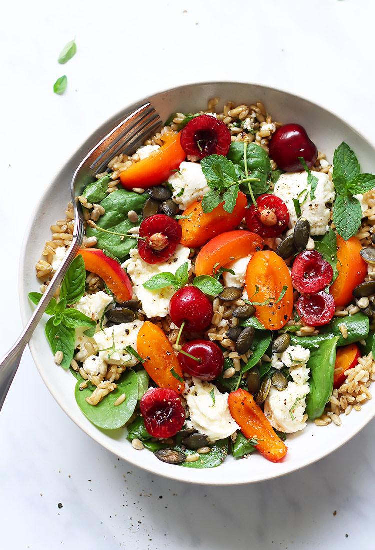 Fruchtiger Sommersalat mit Kirschen und Marillen Rezept