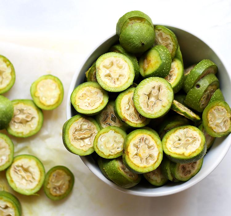 Grüne Nüsse schneiden für Nusschnaps