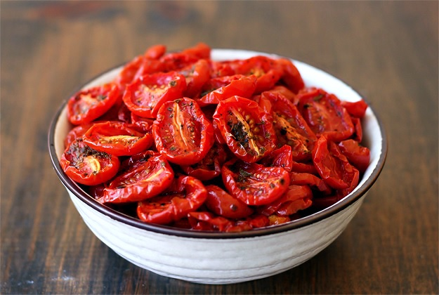 Rezept für halbgetrocknete Tomaten (Pomodori semi secchi), fertig in 2 Stunden im Backofen.