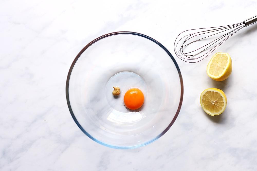 Eigelb, Senf und Zitrone in Schüssel