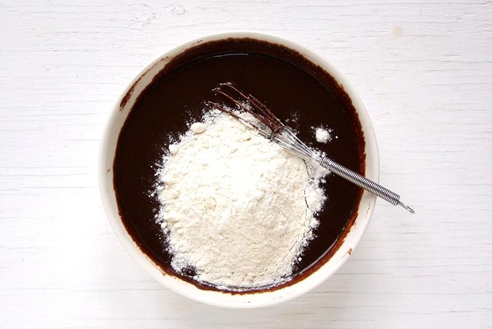 Mehl zugeben und vermengen.