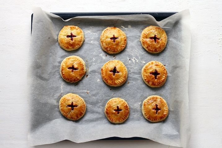Gebackene Beeren Pies auf Blech