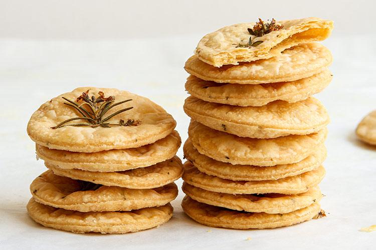 Mürbteig Kekse mit frischen Kräutern Rezept