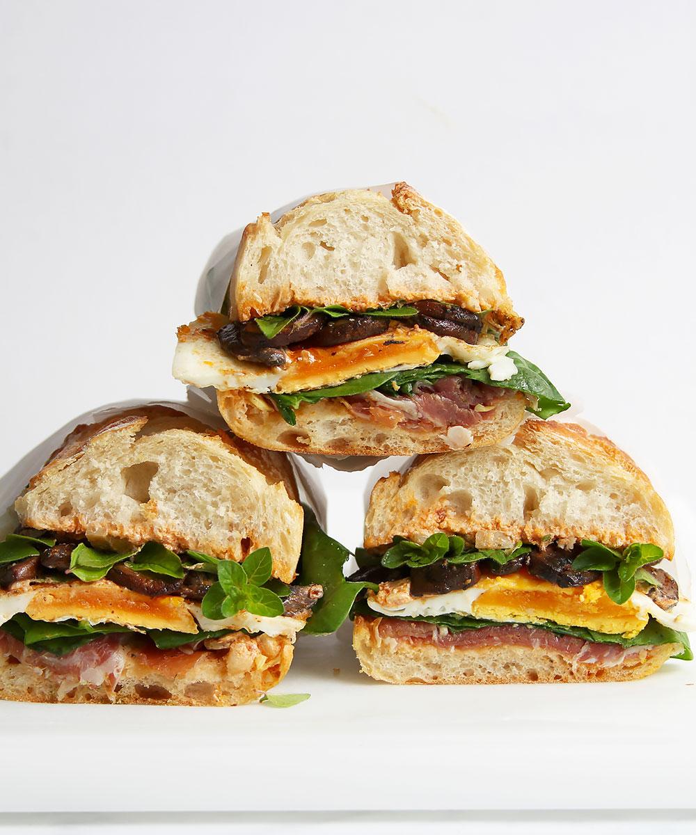 Picknick Sandwich mit Ei und Prosciutto