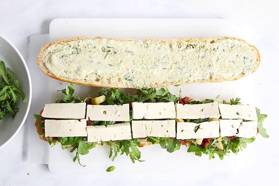 Picknick Sandwich mit Käse Tomaten Rucola