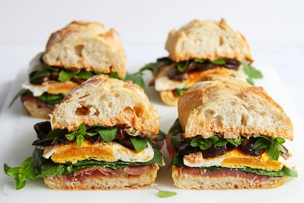 Picknick Sandwich mit Prosciutto und Ei