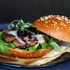 Portobello-Burger auf Brioche Buns