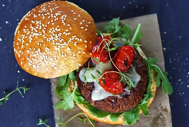 Veggie Burger mit gegrillten Tomaten