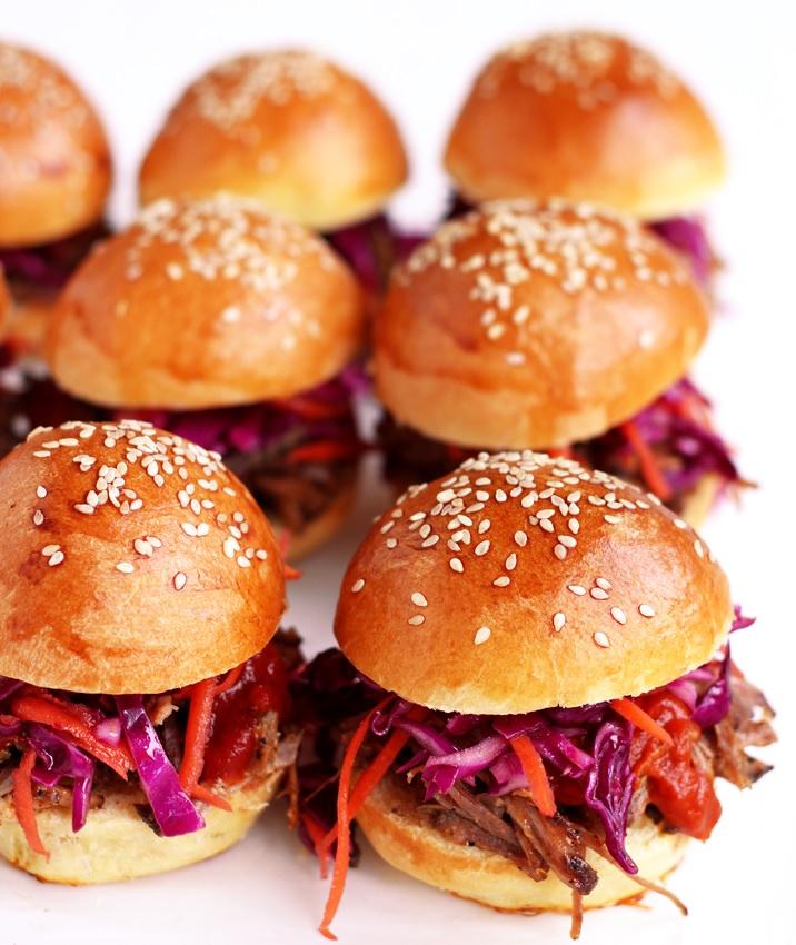 Pulled Pork Sandwich mit Coleslaw und BBQ Sauce