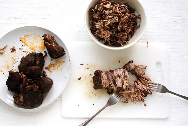 Fleisch in kleine Stücke zupfen.