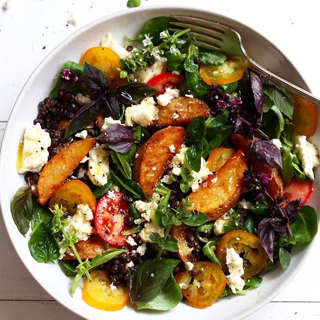 Potato Wedges Salat mit schwarzen Linsen
