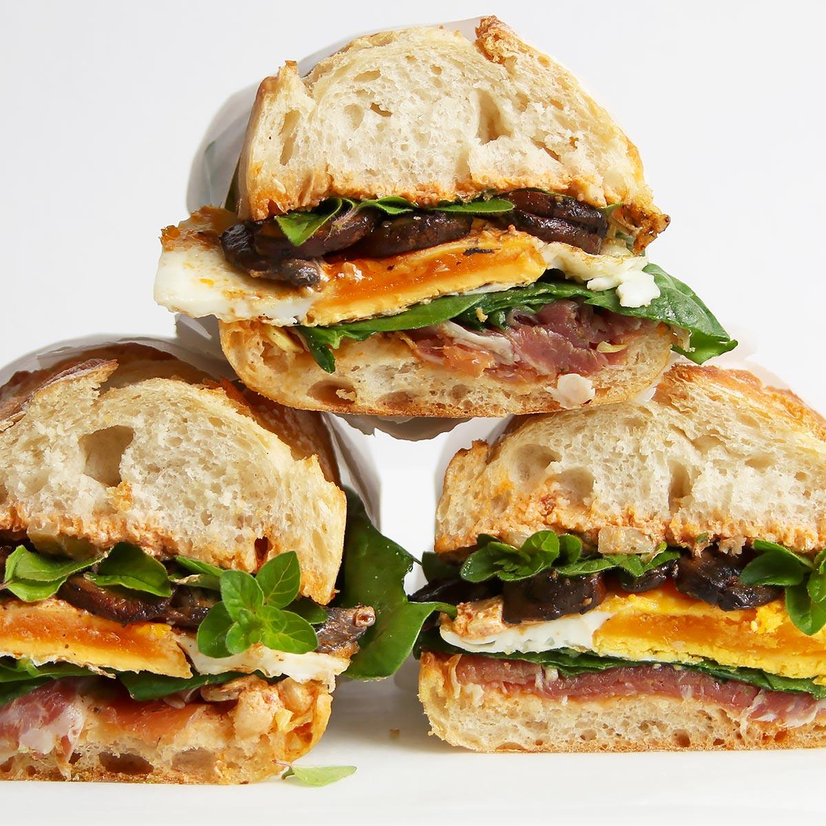 Sandwich mit Prosciutto und Ei und der besten Sauce