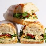 Veggie Sandwich mit Käse, Tomaten und Rucola