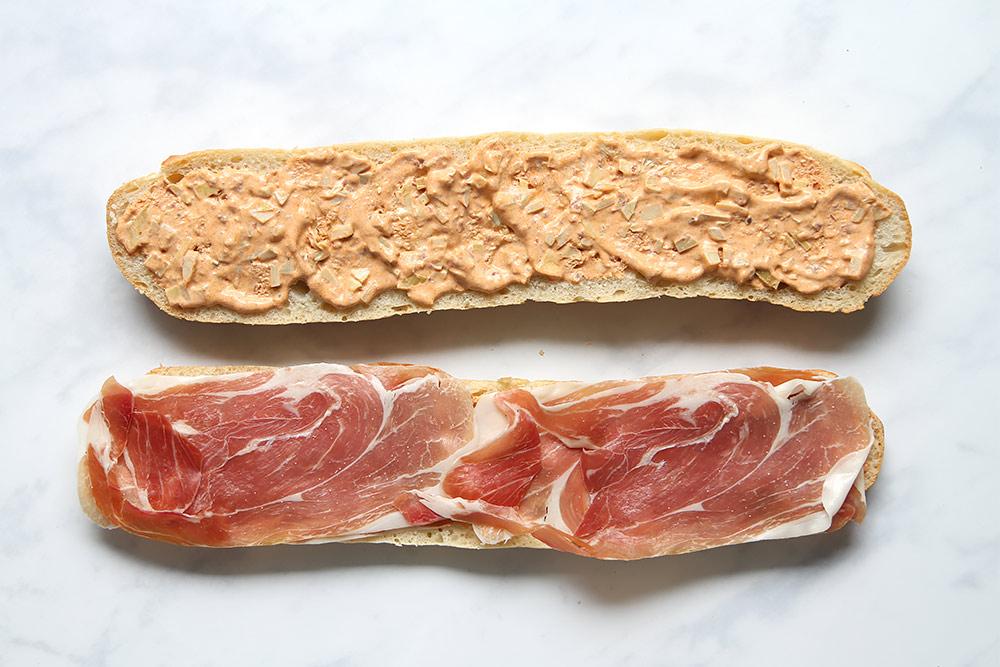 Sandwich mit Prosciutto und Ei