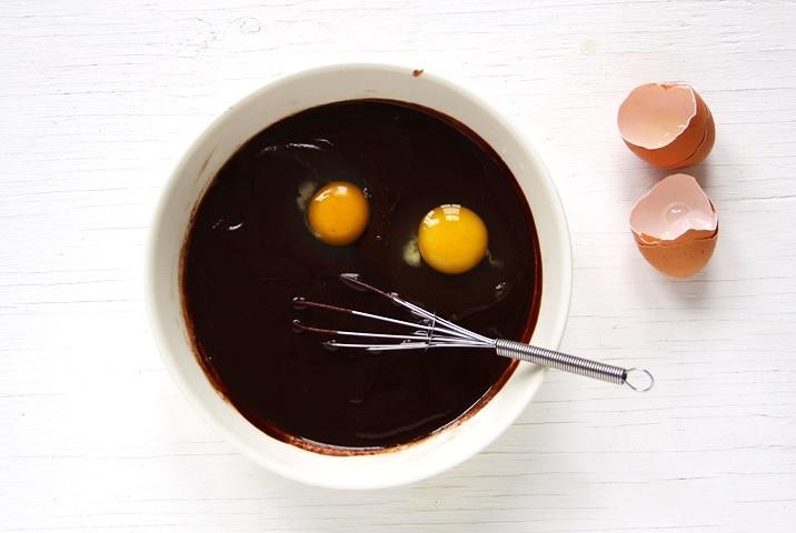 Eier, Vanille und Salz mit abgekühlter Schokolade mischen.
