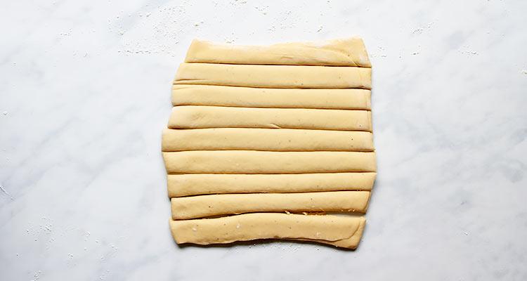 Schwedische Kardamomknoten Teig formen