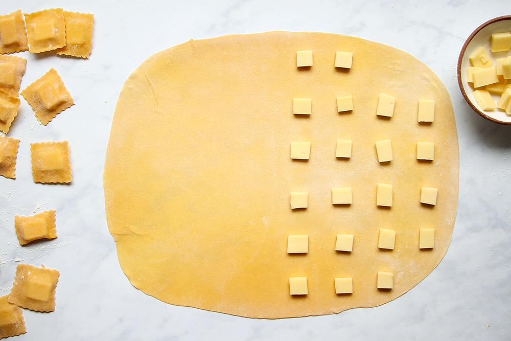 Selbst gemachte Ravioli mit Käsefüllung