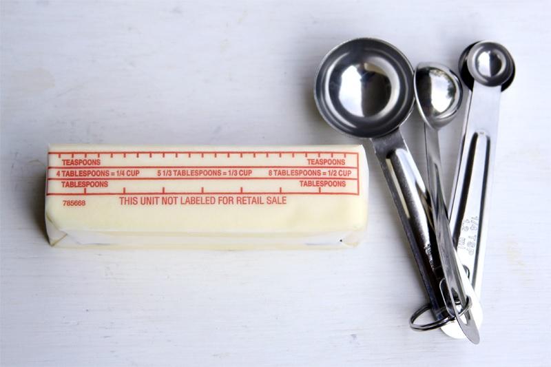 Kleinere Einheiten werden in Tablespoons (15 ml) und Teaspoons (5 ml) angegeben. Butterangaben werden meist in Tablespoons oder Sticks gemacht. 4 Sticks Butter à 113,5 g ergeben ein Pfund (454 g). 1 Stick Butter sind 8 Tablespoons à 14 g.