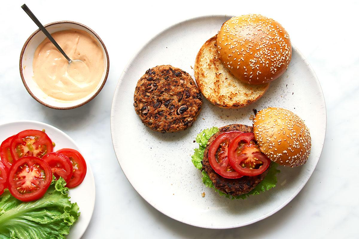 21+ Vegetarischer Burger mit Kidneybohnen Patty Stock