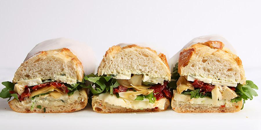 Vegetarisches Sandwich Rezept mit Käse Tomaten Rucola