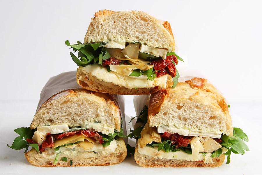 Vegetarisches Sandwich mit Käse Tomaten Rucola