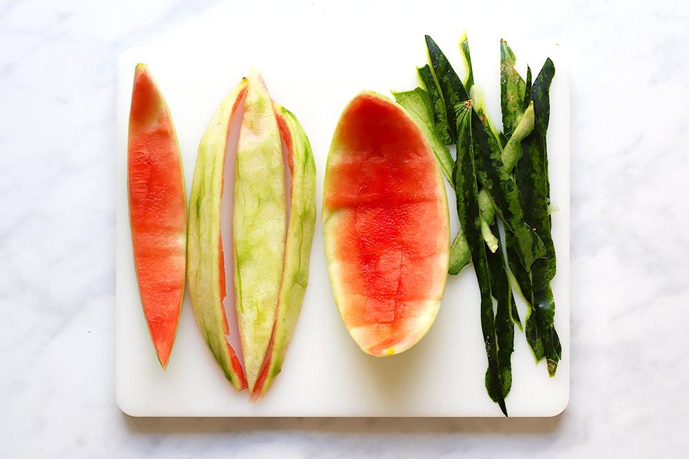 Wassermelone schälen für Wassermelonen Pickles