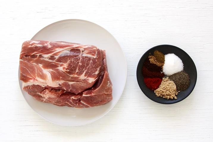 Schweineschulter (Boston butt) und Gewürze für ein Rub.